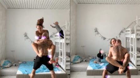 Momento di puro terrore, il bambino si tuffa dal letto per imitare la madre
