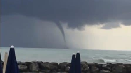 Maltempo Ancona, tromba marina: i bagnanti riprendono la scena