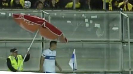 Assurdo in Cile, tifosi lanciano oggetti in campo, steward protegge il calciatore con un ombrellone