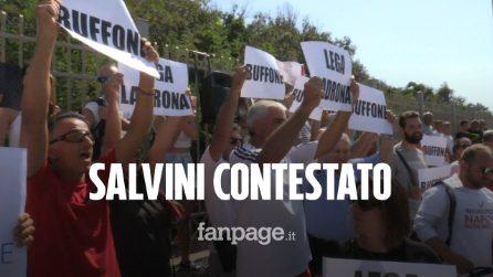 """Salvini contestato a Castel Volturno, gavettoni sui suoi sostenitori. """"In questa regione non lo vogliamo"""""""