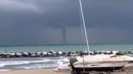 Maltempo Pesaro, la tromba marina spaventa i bagnanti