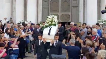 Funerali Nadia Toffa, la cravatta delle Iene sulla bara e l'applauso della folla