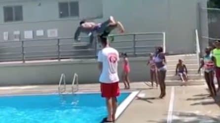 Il tuffo impossibile: salta e supera un bagnino 20 cm più alto di lui