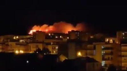 Enorme incendio divampa: le immagini riprese fanno impressione