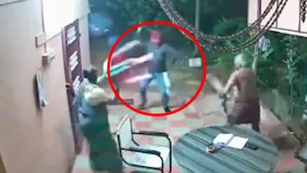Entrano in casa con un macete, coppia di anziani mette i ladri in fuga a colpi di pantofole