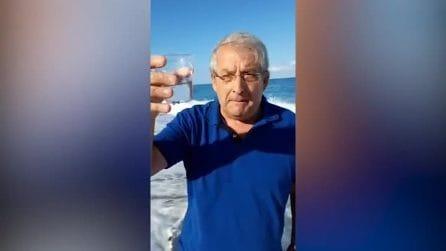 Diamante, il sindaco beve un bicchiere d'acqua di mare per dimostrare che non è inquinata