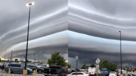 Un'autostrada di nuvole si forma in cielo: il fenomeno suggestivo