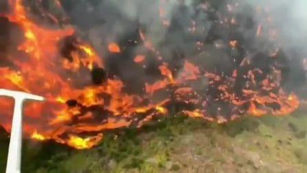 Pauroso incendio a Gran Canaria, le fiamme riprese dall'alto fanno spavento