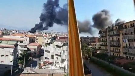 Incendio a Melito, una scuola brucia: colonna di fumo nero in cielo
