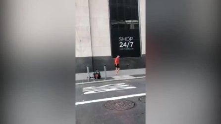 Runner vede un mendicante, si ferma e gli regala le scarpe: il gesto commovente