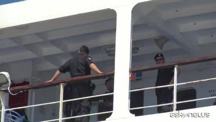 Open Arms, la nave al largo diventa un magnete per i turisti