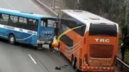 Bus si scontra con violenza con un altro pullman: paura in strada