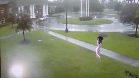 Fulmine centra l'uomo: l'attimo in cui viene colpito