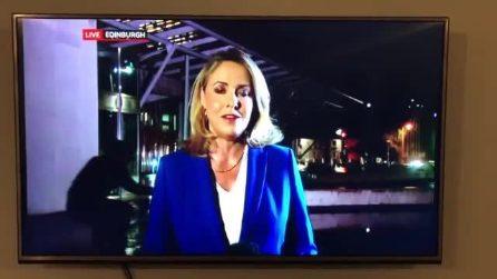 La reporter parla in diretta tv davanti al Parlamento: un uomo le ruba la scena