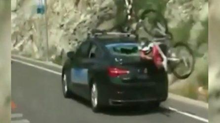 Il ciclista sfonda il vetro con la testa: la dinamica è incredibile