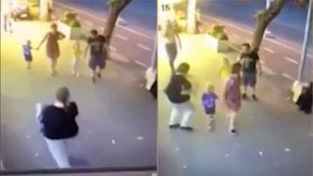 Raptus di follia omicida, donna tenta di accoltellare in strada due fratellini