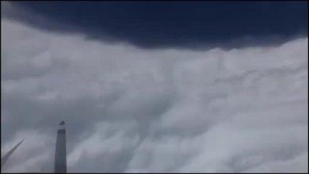In volo dentro l'uragano Dorian: l'aereo si tuffa senza timore