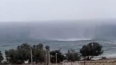 La tromba marina si avvicina alla spiaggia e tocca terra: le immagini riprese ad Alcamo