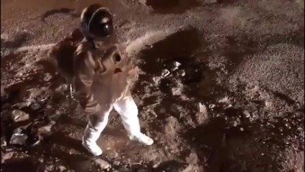 Astronauta cammina sulla Luna, ma non tutto è come sembra: ecco cosa si nasconde