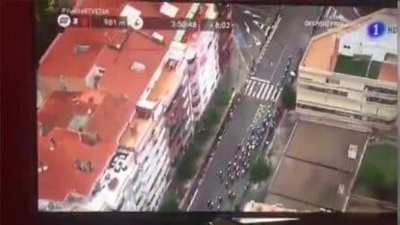 Spagna, l'elicottero della Vuelta scopre piantagione di marijuana sul tetto di una casa