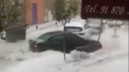 Violenta grandinata a Madrid spazza via tutto: auto travolte da un fiume di acqua e ghiaccio