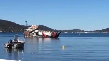 Il momento in cui una nave si ribalta e affonda: a bordo 10 litri di liquame