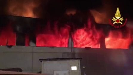 Vasto incendio in un capannone di rifiuti a Codogno: le fiamme divorano carta, gomma e vernici
