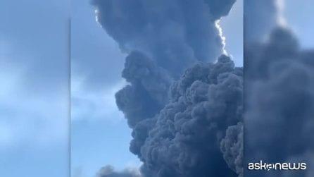 Stromboli, un mostro di fumo si leva dal mare