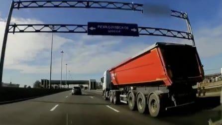La telecamera riprende tutto proprio mentre sta sorpassando un camion in autostrada