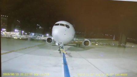 Paura all'aeroporto di Tel Aviv: un aereo scivola all'indietro senza controllo