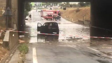 Maltempo Cagliari, auto resta intrappolata in un sottopasso allagato