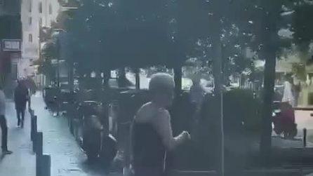 Tommaso Zorzi aggredito per strada, una donna lo picchia con la borsetta