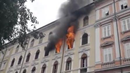 Incendio Trieste, fiamme impressionanti escono dalle finestre: 16 persone evacuate e intossicate