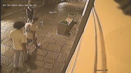 Vandali a Chiaia, ripresi da una telecamera mentre distruggono una panchina e una fioriera