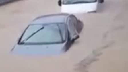 Le auto sono coperte dal fango: la scena è devastante dopo le inondazioni