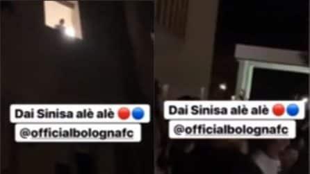 Bologna, blitz dei calciatori all'ospedale per salutare Mihajlovic. Lui saluta dalla finestra