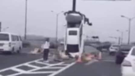 L'indecisione in autostrada costa cara: l'auto resta in verticale