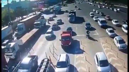 Tir a tutta velocità sulle auto ferme al casello: le immagini del terribile incidente