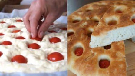 Focaccia della nonna con pomodorini: alta, soffice e buonissima