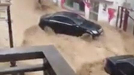 Inondazioni spaventose vicino Madrid: le auto spazzate via dal fiume di fango