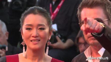 Venezia, Gong Li sfila con l'abito-kimono e strega la Mostra