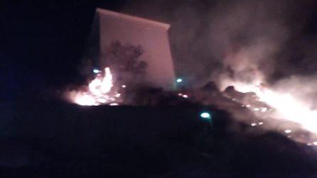 Bacoli, incendio nella notte su via delle Terme Romane: fiamme lambiscono le abitazioni