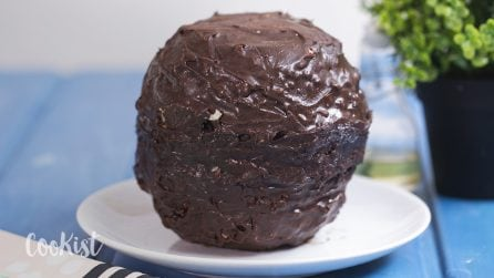 Giant chocolate ball: it will surprise your guests!
