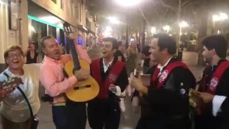 Kevin Spacey canta e balla per le strade di Siviglia