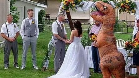"""""""Al mio matrimonio vestiti come vuoi"""" e la damigella si traveste da dinosauro"""