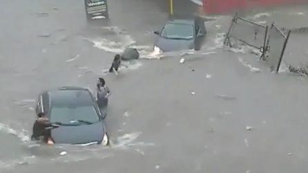 La strada sembra un fiume in piena dopo l'alluvione: ragazza annega risucchiata da un vortice