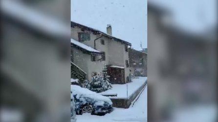 La prima neve su Livigno: immagini da cartolina con case e strade imbiancate
