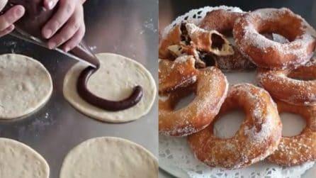 Ciambelle farcite al cioccolato e fritte: una tirerà l'altra
