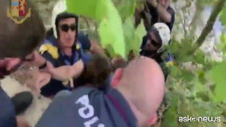 Un uomo nel Tevere, rimane aggrappato a una roccia: salvato