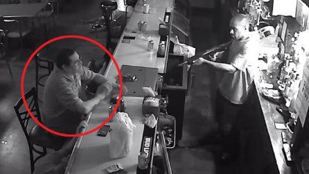 Rapinatore gli punta il fucile al petto e lui si accende una sigaretta: la reazione diventa virale
